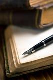 Libro aperto con la penna stilografica Fotografie Stock Libere da Diritti