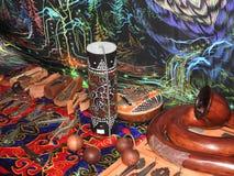 Libro aperto con le erbe curative, i fiori della lavanda, le candele, le bottiglie della pozione e gli oggetti magici Occulto, es fotografia stock libera da diritti