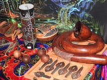 Libro aperto con le erbe curative, i fiori della lavanda, le candele, le bottiglie della pozione e gli oggetti magici Occulto, es immagini stock libere da diritti