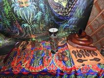 Libro aperto con le erbe curative, i fiori della lavanda, le candele, le bottiglie della pozione e gli oggetti magici Occulto, es immagine stock libera da diritti