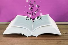 Libro aperto con le lettere che galleggiano su con un bordo rosa Immagini Stock Libere da Diritti