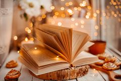 Libro aperto con le luci immagini stock libere da diritti