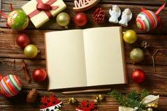 Libro aperto con le pagine in bianco e le decorazioni di Natale fotografia stock