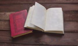 Libro aperto con spazio per il vostro testo sulla tavola di legno Immagini Stock Libere da Diritti