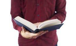 Libro aperto della tenuta dell'uomo isolato su bianco Fotografie Stock
