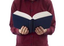 Libro aperto della tenuta dell'uomo isolato su bianco Immagini Stock Libere da Diritti