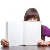 Libro aperto della tenuta della ragazza Immagini Stock