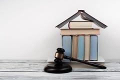 Libro aperto di concetto di legge con il martelletto di legno dei giudici sulla tavola in un'aula di tribunale o in un ufficio di Immagini Stock
