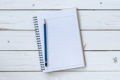 Libro aperto di vista superiore sulla tavola di legno con la matita Fotografia Stock Libera da Diritti