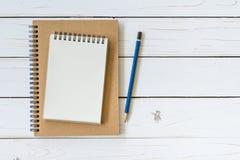 Libro aperto di vista superiore sulla tavola di legno con la matita Immagine Stock