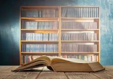 Libro aperto e scaffale Fotografie Stock