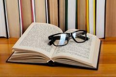 Libro aperto, libri variopinti della libro con copertina rigida di vetro sulla tavola di legno Di nuovo al banco Copi lo spazio p Fotografie Stock