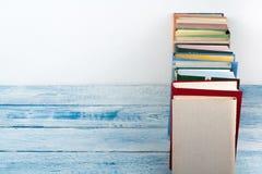 Libro aperto, libri variopinti della libro con copertina rigida sul fondo di legno della tavola Di nuovo al banco Copi lo spazio  Immagini Stock Libere da Diritti