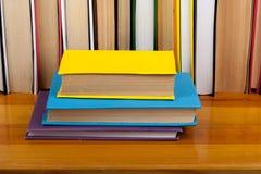 Libro aperto, libri variopinti della libro con copertina rigida sulla tavola di legno Di nuovo al banco Copi lo spazio per testo  Immagini Stock