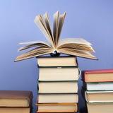 Libro aperto, libri variopinti della libro con copertina rigida sulla tavola di legno Di nuovo al banco Copi lo spazio per testo  Fotografia Stock Libera da Diritti