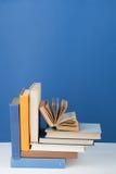 Libro aperto, libri variopinti della libro con copertina rigida sulla tavola di legno Di nuovo al banco Copi lo spazio per testo  Fotografie Stock Libere da Diritti