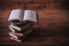 Libro aperto sopra il mucchio dei libri Immagini Stock Libere da Diritti