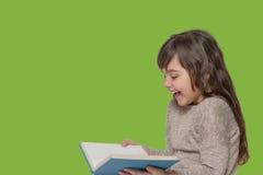 Libro aperto sorridente della tenuta della bambina Fotografia Stock Libera da Diritti