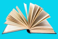 Libro aperto su un fondo blu isolato per uso in progettista pro fotografia stock libera da diritti