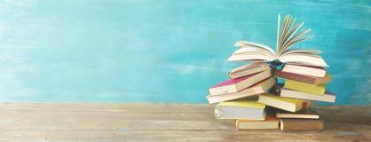 Libro aperto su un mucchio di vecchi libri Fotografia Stock Libera da Diritti