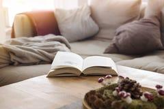 Libro aperto sulla tavola di legno davanti allo strato Immagine Stock