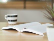 Libro aperto sullo scrittorio Fotografie Stock Libere da Diritti