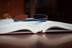 Libro aperto, vetri Immagini Stock