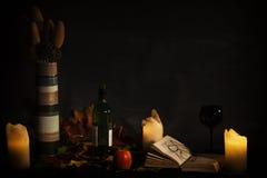Libro aperto visto da lume di candela Fotografie Stock