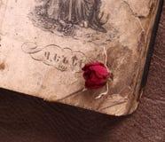 Libro armeno d'annata con una rosa fotografia stock libera da diritti