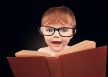 Libro astuto di istruzione della lettura del bambino su fondo isolato Immagine Stock Libera da Diritti