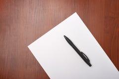 Libro Bianco in bianco con la penna Fotografia Stock