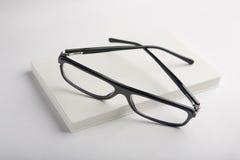 Libro bianco con i vetri neri Immagine Stock