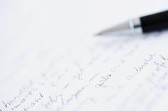 Libro Bianco con testo su ordinazione e la penna di palla vaga Immagine Stock
