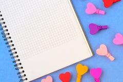 Libro Bianco e cuori colorati su un fondo blu Note di concetto per il giorno del ` s del biglietto di S. Valentino Fotografie Stock Libere da Diritti