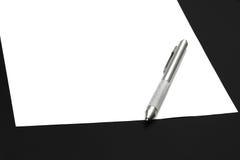 Libro Bianco e penna fotografie stock libere da diritti