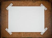 Libro Bianco vuoto sulla priorità bassa del pannello truciolare Fotografia Stock