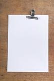 Libro Blanco con el Paperclip en un vector de madera Imagen de archivo libre de regalías