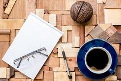 Libro Blanco con la taza de café en la textura de madera Fotografía de archivo