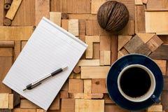 Libro Blanco con la taza de café en la textura de madera Fotografía de archivo libre de regalías