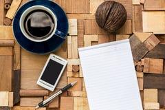 Libro Blanco con la taza y el teléfono de café Fotografía de archivo