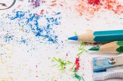 Libro Blanco cubierto en los lápices coloreados que afilan sobras Imágenes de archivo libres de regalías