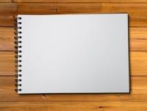 Libro blanco del bosquejo en la madera Fotografía de archivo