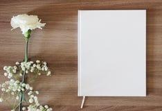 Libro blanco en blanco, diario, casandose libro de visitas, maqueta del cuaderno imagenes de archivo