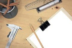 Libro Blanco en blanco en la tabla de madera con las herramientas técnicas Foto de archivo