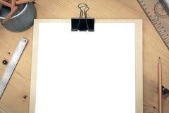 Libro Blanco en blanco en la tabla de madera con las herramientas técnicas Fotografía de archivo libre de regalías