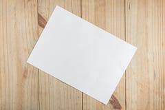Libro Blanco en fondo de madera Fotos de archivo