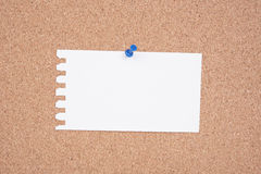 Libro Blanco A para hacer la lista fijada a un tablón de anuncios del corcho Imágenes de archivo libres de regalías