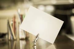 Libro Blanco para un mensaje en un escritorio - estilo envejecido de la foto Fotos de archivo libres de regalías