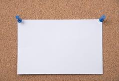 Libro Blanco y hacer la lista fijada al tablón de anuncios del corcho Imagenes de archivo