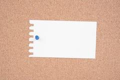 Libro Blanco y hacer la lista fijada a un aviso del corcho Imagenes de archivo
